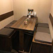 奥にはテーブル席(4人掛け)があります。