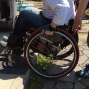 入口には段差があります。車椅子の方は補助が必要な高さです。