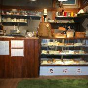 入口を入ってすぐに、手作りパンの販売コーナーがあります。