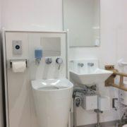 多目的用トイレにはオストメイト用の洗浄台もあります。