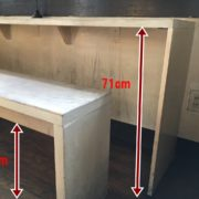壁側カウンター高さ71cm。椅子高さ48cm。