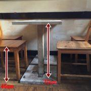 テーブル席高さ70cm。椅子の高さ45cm。