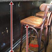 カウンター席高さ104cm。椅子の高さ74cm。