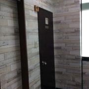 奥は男性用トイレです。片開きドアです。