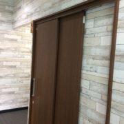 正面に女性・障害者用トイレがあります。スライド式ドアです。