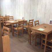 室内の各テーブルには佐々木店主の作品が飾られています