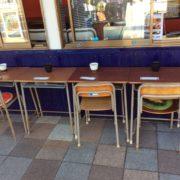 屋外のカウンターはテーブルに変更もできます。お気軽にお声掛けください。